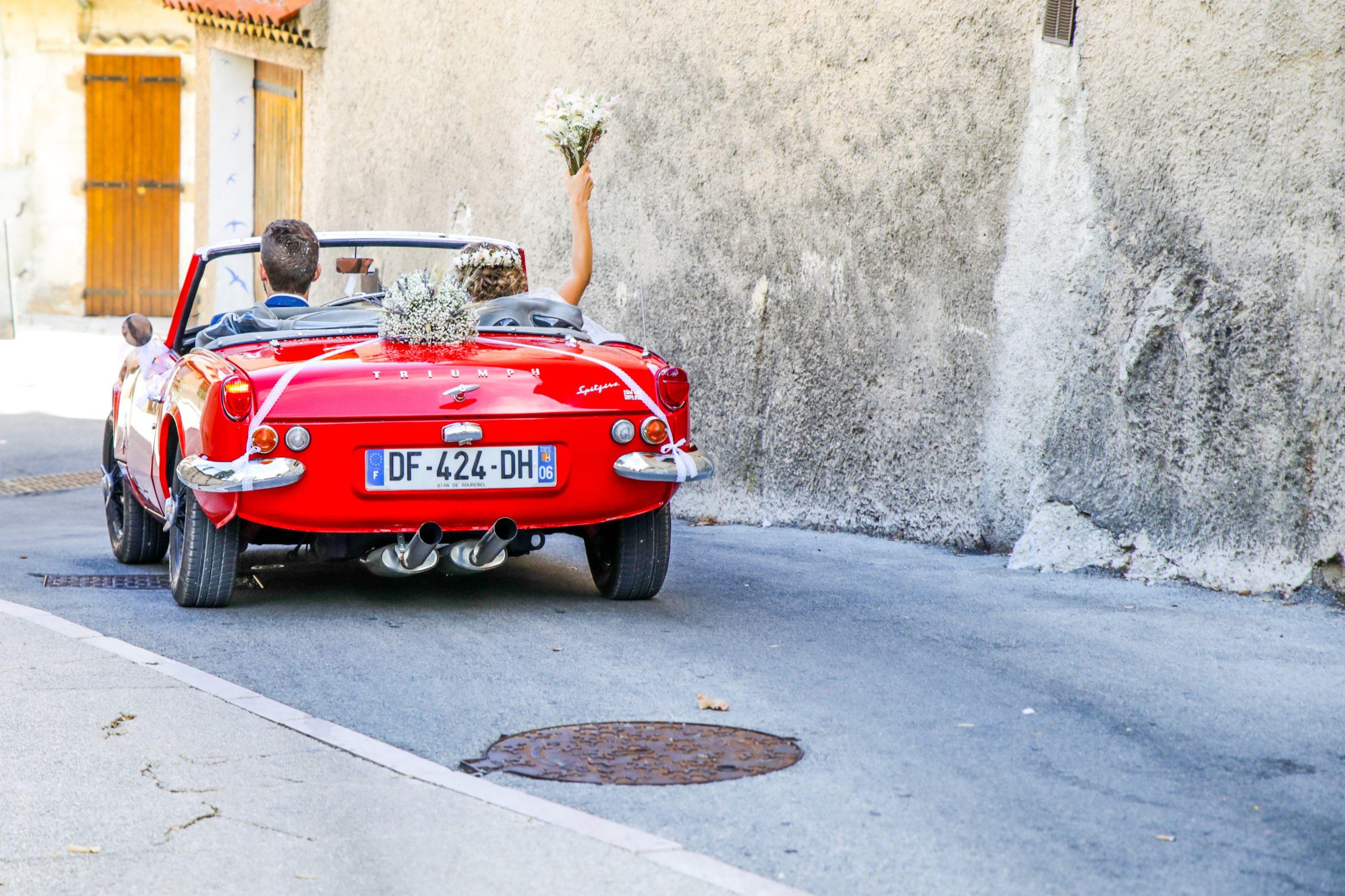 Photographie mariage - Photographe mariage - Paris- Montpellier - Nice - original - couché du soleil - Mariage Hérault - séance couple - voiture Triumph rouge mariage